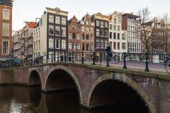 Broar och byggnader i Amsterdam Royaltyfria Bilder