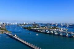 Broar och fartyg i den Biscayne fjärden royaltyfria bilder