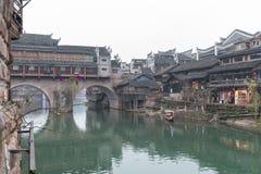 Broar och gamla hus som lokaliseras på Fenghuang royaltyfri bild