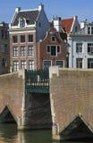 Broar och hus av Amsterdam Arkivbild