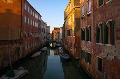 Broar och kanaler av Venedig italy royaltyfri foto