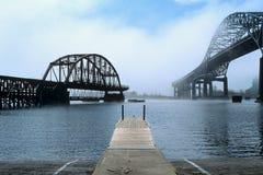 Broar och skeppsdocka i dimman i Duluth, Minnesota Arkivbilder