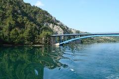 broar och stort vatten Royaltyfri Foto