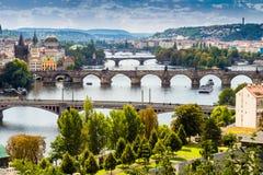 Broar och tak av Prague Arkivbilder