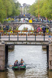 Broar på Prinsengrachten med fartyg på kanalen Arkivfoton