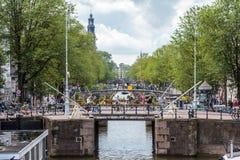 Broar på Prinsengrachten med westerkerk i bakgrund Royaltyfri Fotografi