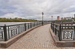 Broar på den Kalmius floden i Donetsk Arkivbilder