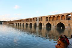 Brobågar Si-nolla-se-pol bro i Isfahan, Iran arkivbilder