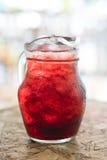Broc en verre avec du jus de fines herbes Photos stock