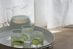 Broc et verres de l'eau Image libre de droits