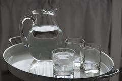 Broc et verres de l'eau Image stock