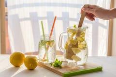 Broc frais fait maison de limonade, préparation de limonade photos stock