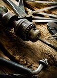 Broca, compassos, alicates e brocas velhos na imagem de stock
