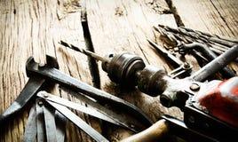 Broca, compassos, alicates e brocas velhos na fotografia de stock