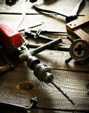 Broca, compassos, régua e brocas velhos em um de madeira imagem de stock