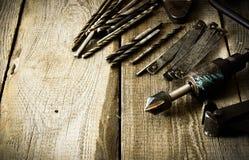 Broca, compassos, régua e brocas velhos em um de madeira fotografia de stock