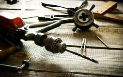Broca, compassos, régua e brocas velhos em um de madeira fotos de stock