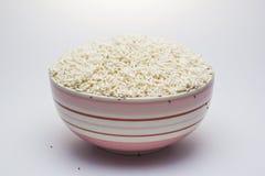 A broca de arroz com arroz seja imperfeita na bacia fotografia de stock