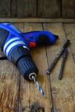 Broca e bocados de broca no fundo rústico de madeira Ferramentas da construção e do tratamento Trabalho feito com ferramentas de  Imagens de Stock