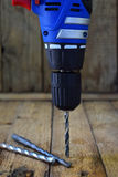 Broca e bocados de broca no fundo rústico de madeira Ferramentas da construção e do tratamento Trabalho feito com ferramentas de  Imagem de Stock
