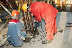 Broca e concreto do construtor do trabalhador Imagem de Stock Royalty Free