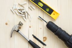 Broca e martelo, níveis e parafuso no fundo de madeira para DIY Imagem de Stock