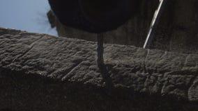 Broca elétrica para furar o concreto em um jardim privado Cerca feito a mão video estoque