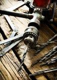 Broca, régua e brocas velhas no fundo de madeira fotografia de stock