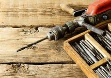 Broca velha, caixa com brocas no fundo de madeira imagem de stock royalty free