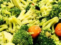 brocaded Ny broccoli med tomater och kryddor Sallad med broccoli arkivfoto