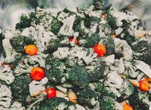 brocaded Ny broccoli med tomater och kryddor Sallad med broccoli royaltyfria foton