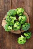 brocaded Ny broccoli på träbakgrund fotografering för bildbyråer