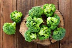 brocaded Ny broccoli på träbakgrund arkivbild