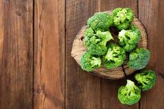 brocaded Ny broccoli på träbakgrund arkivfoton