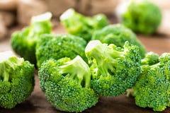 brocaded Ny broccoli på träbakgrund arkivbilder