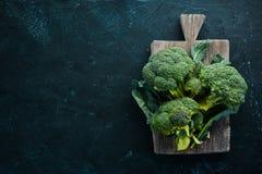 brocaded Ny grön broccoli på en svartstentabell fotografering för bildbyråer