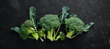brocaded Ny grön broccoli på en svartstentabell royaltyfri fotografi