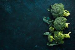 brocaded Ny grön broccoli på en svartstentabell arkivfoton