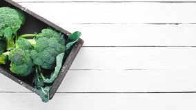brocaded Ny grön broccoli på en vit trätabell royaltyfria foton
