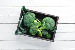 brocaded Ny grön broccoli på en vit trätabell fotografering för bildbyråer