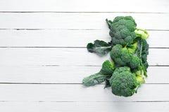 brocaded Ny grön broccoli på en vit trätabell arkivfoto