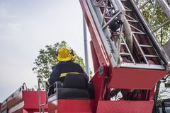 brocas de fogo Governo-organizadas, bombeiros que operam escadas da alta altitude fotografia de stock royalty free