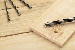 Brocas en la tabla de madera, en casa concepto diy fotos de archivo