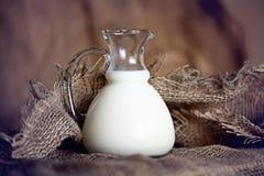 Brocca con la tela da imballaggio del latte Fotografie Stock Libere da Diritti
