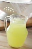 Brocca con siero di latte fotografie stock