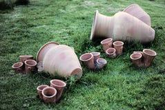 Brocca di acqua delle terraglie e flowerpots Fotografia Stock
