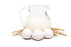 Brocca di latte con frumento e le uova Fotografie Stock Libere da Diritti