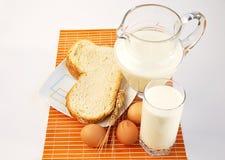 Brocca di latte, di frumento, di pane e delle uova. Fotografie Stock Libere da Diritti