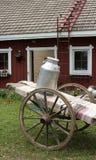 Brocca di latte sul carrello dell'azienda agricola Immagine Stock