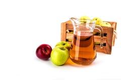 Brocca di succo e di mele di mele, isolata su fondo bianco Fotografia Stock Libera da Diritti